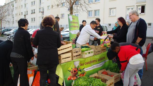 les-cuisiniers-solidaires-offrent-legumes-et-convialite